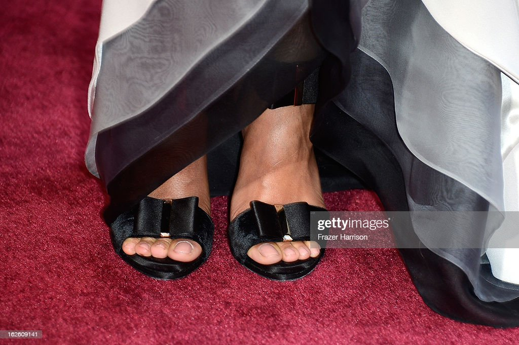 Actress Zoe Saldana (shoe detail) arrives at the Oscars at Hollywood & Highland Center on February 24, 2013 in Hollywood, California.