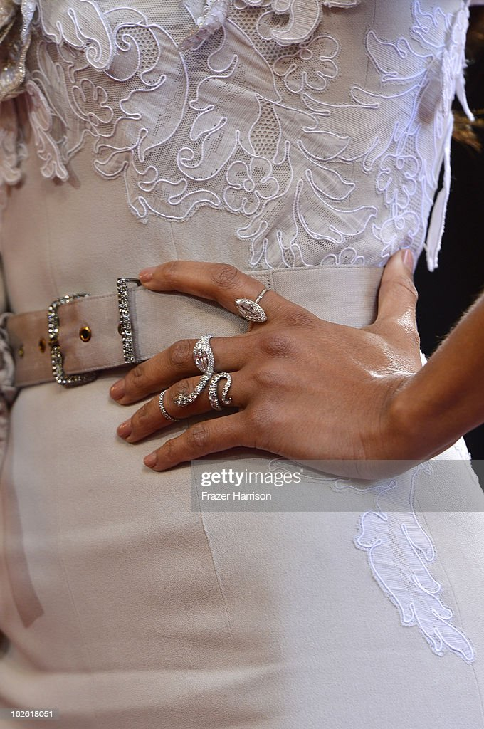 Actress Zoe Saldana (jewelry detail) arrives at the Oscars at Hollywood & Highland Center on February 24, 2013 in Hollywood, California.