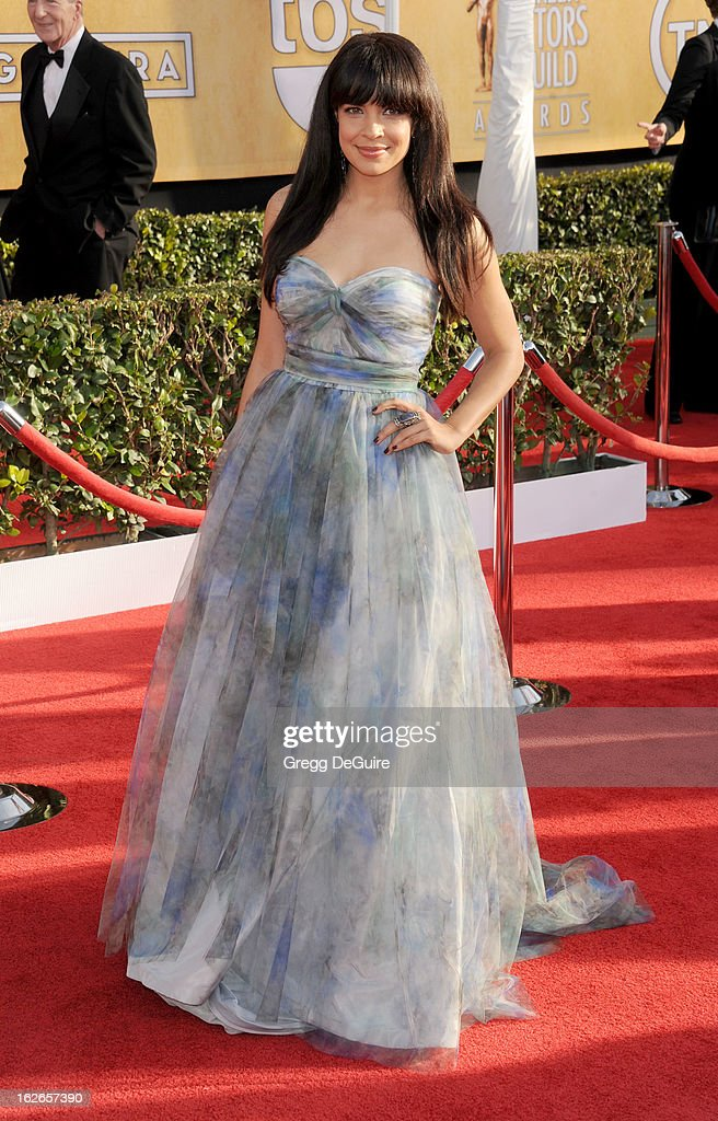 Actress Zuleikha Robinson arrives at the 19th Annual Screen Actors Guild Awards at The Shrine Auditorium on January 27, 2013 in Los Angeles, California.