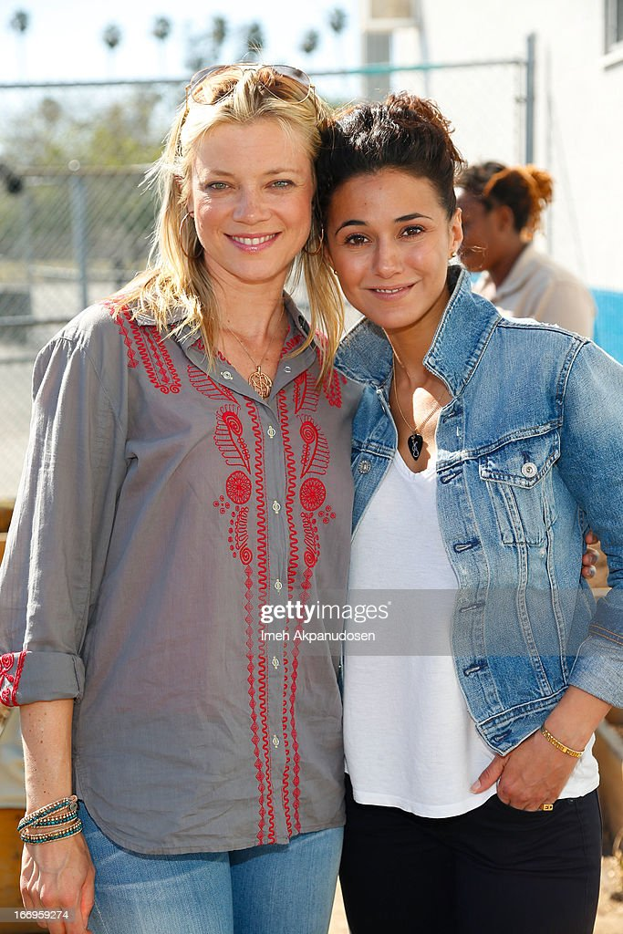 Actresses <a gi-track='captionPersonalityLinkClicked' href=/galleries/search?phrase=Amy+Smart&family=editorial&specificpeople=239532 ng-click='$event.stopPropagation()'>Amy Smart</a> (L) and <a gi-track='captionPersonalityLinkClicked' href=/galleries/search?phrase=Emmanuelle+Chriqui&family=editorial&specificpeople=541098 ng-click='$event.stopPropagation()'>Emmanuelle Chriqui</a> attend the Environmental Media Association's celebration of Earth Day at Cochran Middle School on April 18, 2013 in Los Angeles, California.