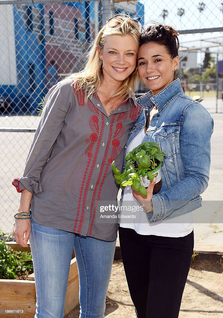 Actresses Amy Smart (L) and Emmanuelle Chriqui celebrate Earth Day with the Environmental Media Association at Cochran Middle School on April 18, 2013 in Los Angeles, California.