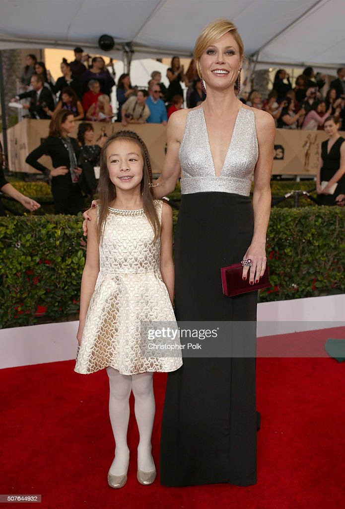 Actresses Aubrey AndersonEmmons and Julie Bowen attend The 22nd Annual Screen Actors Guild Awards at The Shrine Auditorium on January 30 2016 in Los...