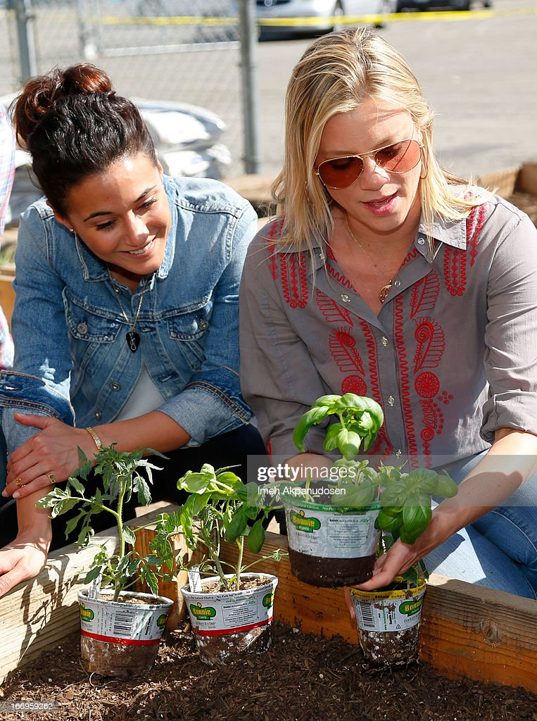 Actresses Emmanuelle Chriqui (L) and Amy Smart attend the Environmental Media Association's celebration of Earth Day at Cochran Middle School on April 18, 2013 in Los Angeles, California.