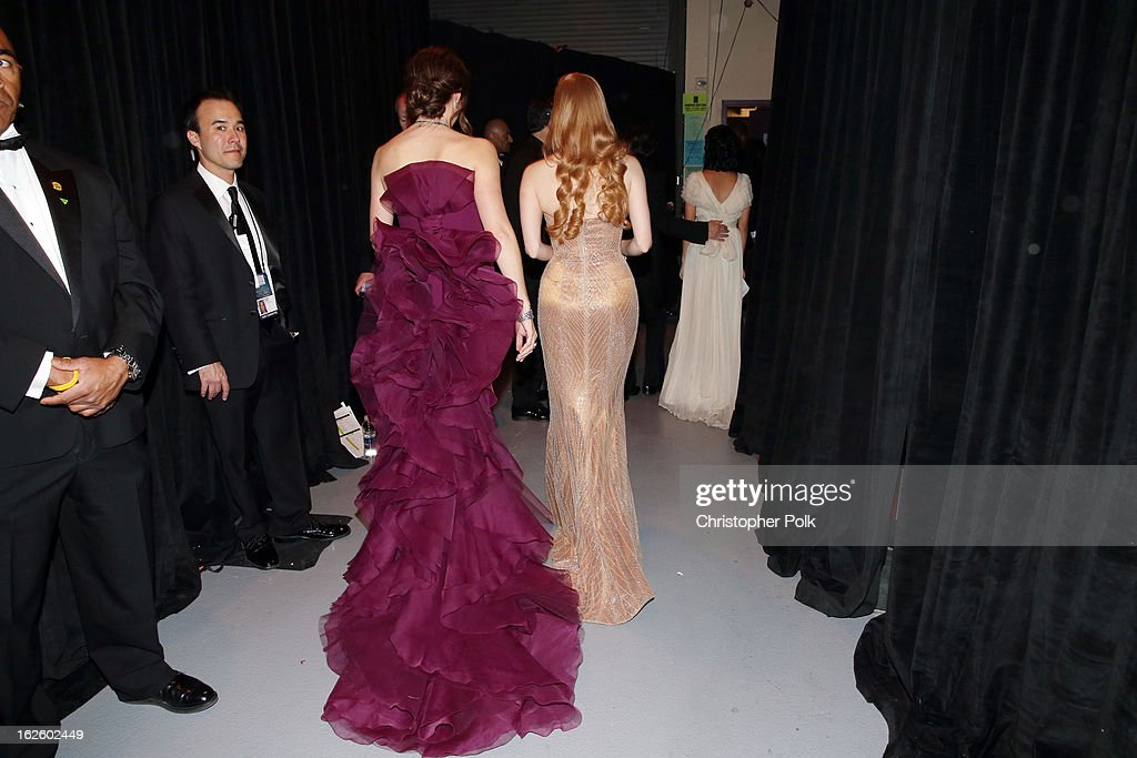 Actresses Jennfier Garner (L) and Jessica Chastain backstage during the Oscars held at the Dolby Theatre on February 24, 2013 in Hollywood, California.