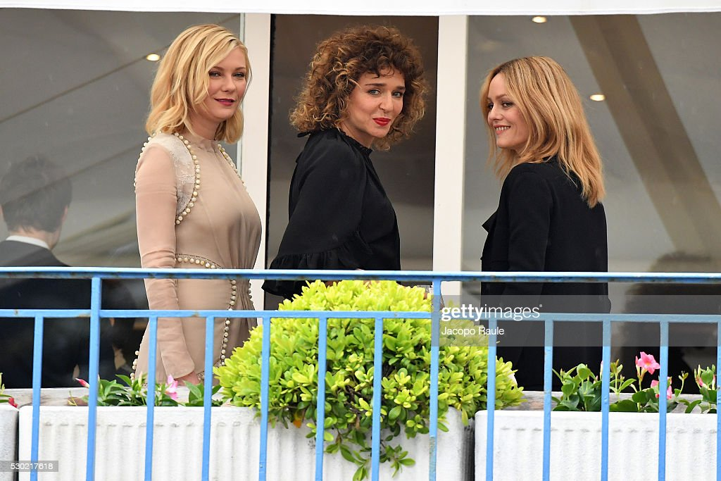 actresses-kirsten-dunst-valeria-golino-and-vanessa-paradis-are-seen-picture-id530217618