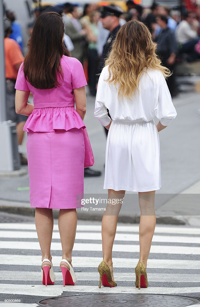 Actresses Kristen Davis (L) and <a gi-track='captionPersonalityLinkClicked' href=/galleries/search?phrase=Sarah+Jessica+Parker&family=editorial&specificpeople=201693 ng-click='$event.stopPropagation()'>Sarah Jessica Parker</a> film scene on location at the 'Sex And The City 2' film set at Bergdorf Goodman on September 09, 2009 in New York City.