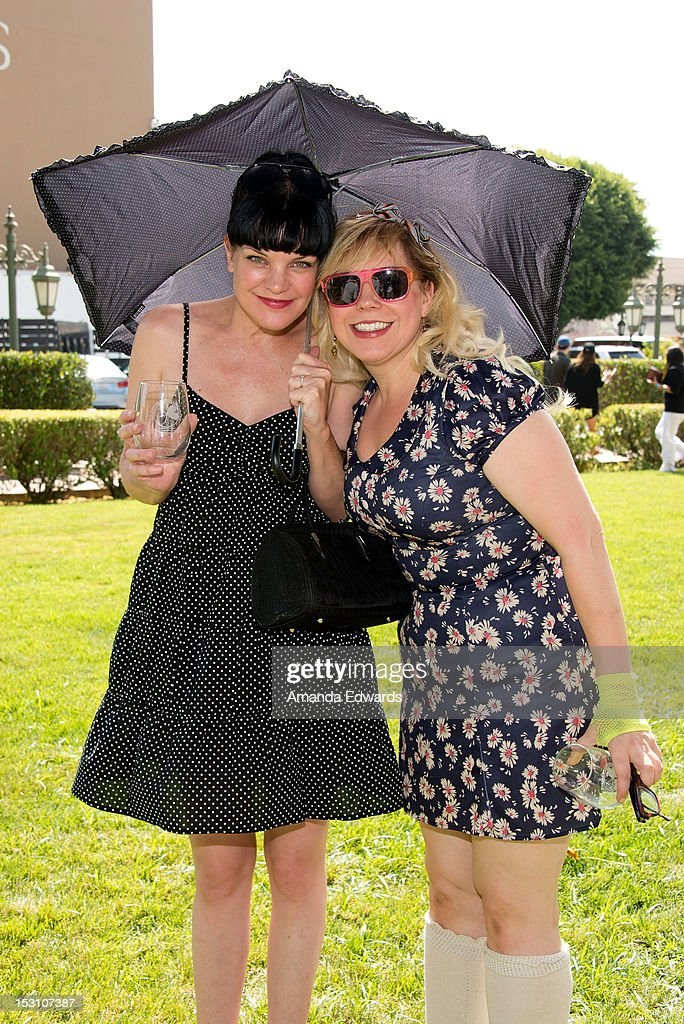 Actresses <a gi-track='captionPersonalityLinkClicked' href=/galleries/search?phrase=Pauley+Perrette&family=editorial&specificpeople=625846 ng-click='$event.stopPropagation()'>Pauley Perrette</a> (L) and <a gi-track='captionPersonalityLinkClicked' href=/galleries/search?phrase=Kirsten+Vangsness&family=editorial&specificpeople=2097625 ng-click='$event.stopPropagation()'>Kirsten Vangsness</a> arrive at the L.A. Loves Alex's Lemonade Culinary Event at Culver Studios on September 29, 2012 in Culver City, California.