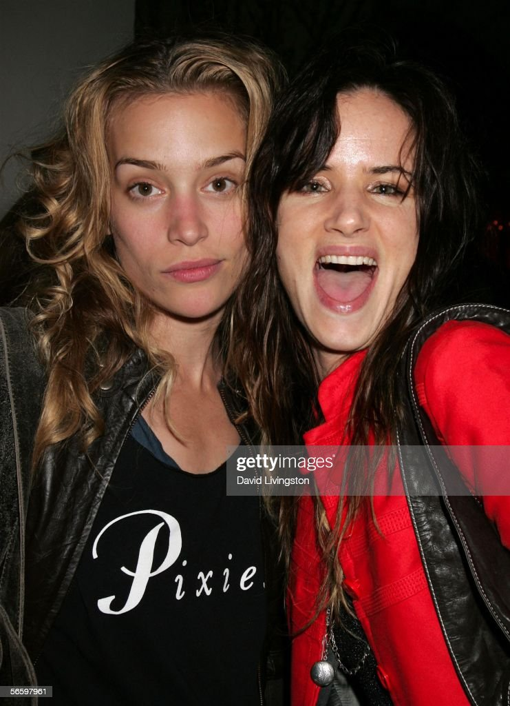 Actresses Piper Perabo and Juliette Lewis pose at HBO's Annual Pre-Golden Globe Reception at Chateau Marmont on January 14, 2006 in Los Angeles, California.