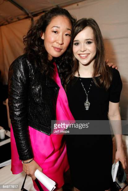 SANTA MONICA CA FEBRUARY 21 Actresses Sandra Oh and Ellen Page pose in the Green Room at Film Independent's 2009 Independent Spirit Awards held at...