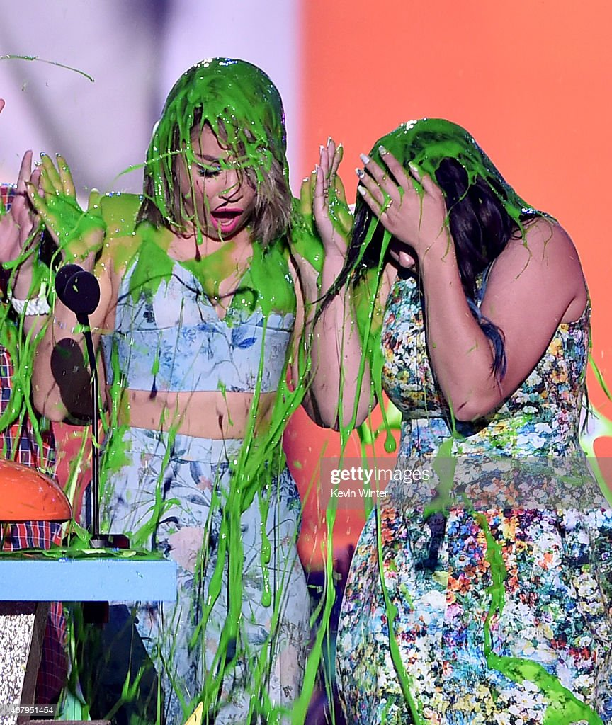 Actresses Sarah Hyland and Ariel Winter of Modern Family accept award for Favorite Family TV Show onstage during Nickelodeon's 28th Annual Kids'...