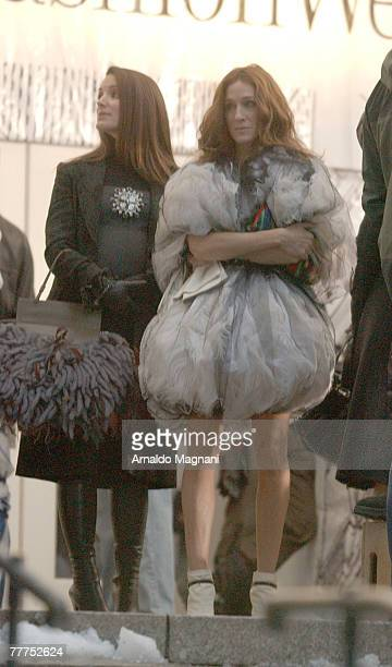 Actresses Sarah Jessica Parker and Kristin Davis stand on the set of the film 'Sex and the City The Movie' in Bryant Park November 6 2007 in New York...