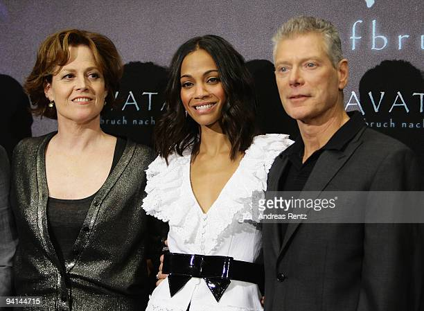 Actresses Sigourney Weaver Zoe Saldana and actor Stephen Lang attend a photocall to promote the film 'Avatar' at Hotel de Rome on December 8 2009 in...