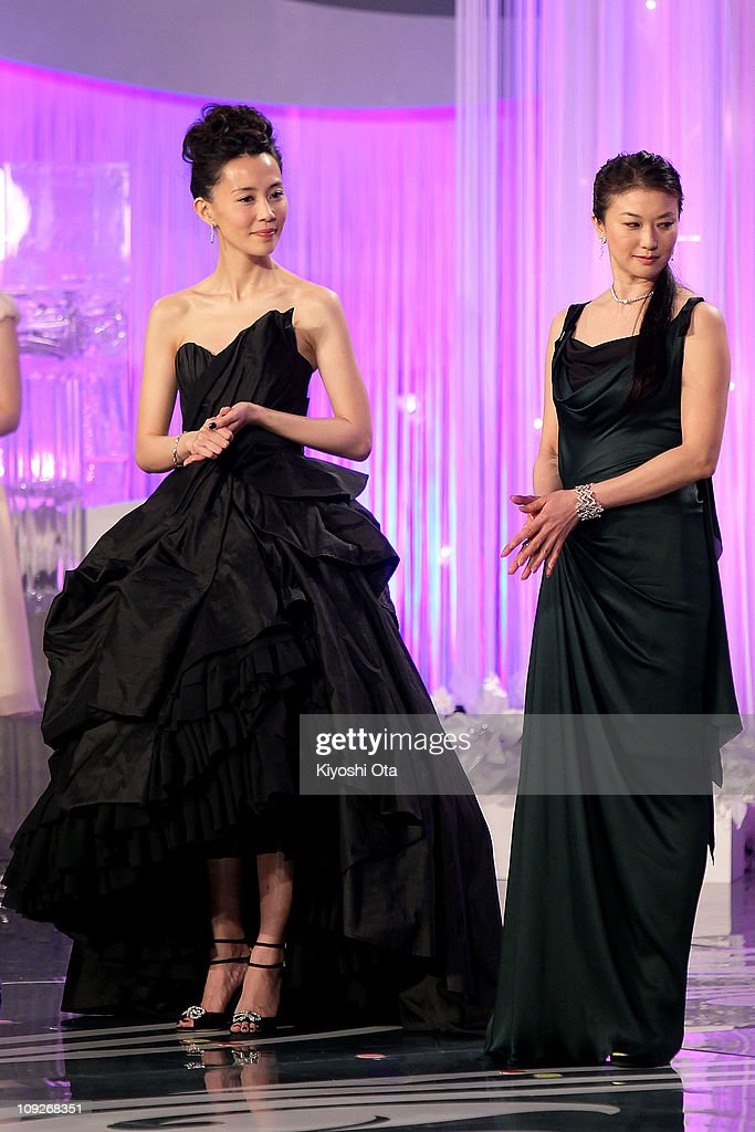 Actresses Yoshino Kimura (L) and Yui Natsukawa attend the 34th Japan Academy Aawrds at Grand Prince Hotel New Takanawa on February 18, 2011 in Tokyo, Japan.
