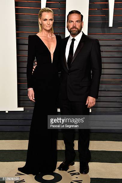 Actress/model Sarah Murdoch and CoChairman of News Corp Lachlan Murdoch attend the 2016 Vanity Fair Oscar Party Hosted By Graydon Carter at the...