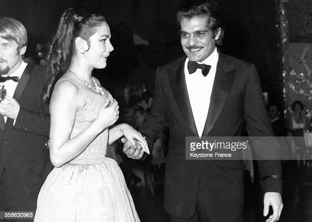 L'actrice allemande Karin Dor et l'acteur égyptien Omar Sharif pendant 'le bal paré' annuel le 27 janvier 1969 à Munich Allemagne