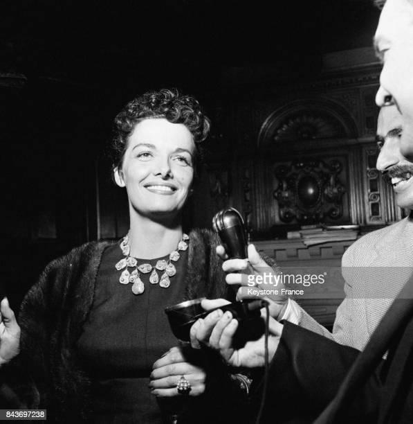 L'actrice américaine Jane Russel interviewée à son arrivée à Paris France le 10 septembre 1954