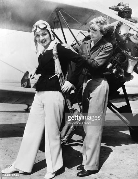 L'actrice américaine June Travis prenant une leçon de pilotage avec Amelia Earhart aux EtatsUnis le 4 octobre 1935