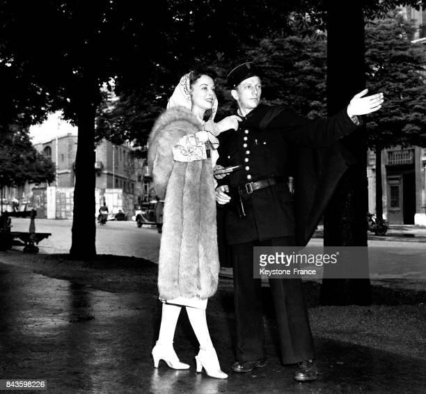 L'actrice américaine Paulette Goddard demande son chemin à un policier à Paris France en 1946