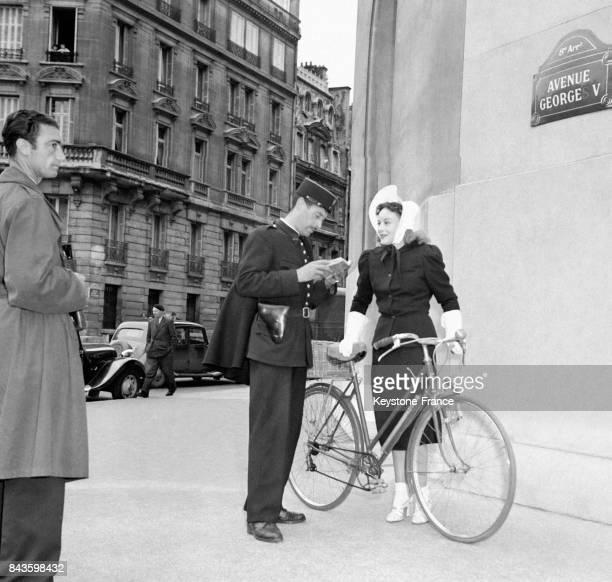 L'actrice américaine Paulette Goddard en vélo à Paris France en 1946