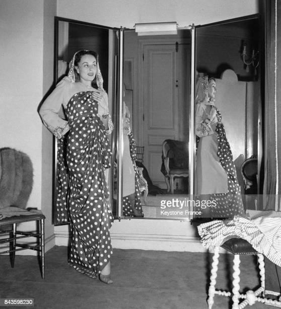 L'actrice américaine Paulette Goddard essaie une robe chez un grand couturier à Paris France en 1946