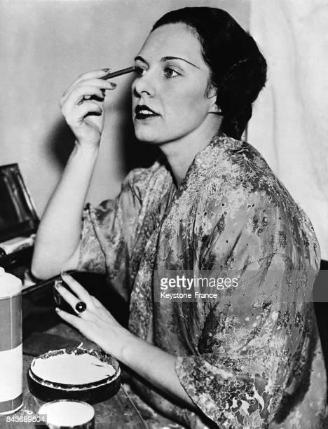 L'actrice Arlette Stavisky se maquillant avant d'entrer sur scène à New York City EtatsUnis en février 1936