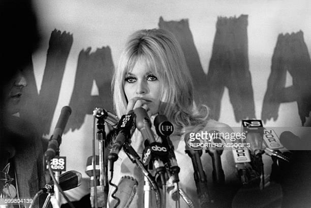 L'actrice Brigitte Bardot et le réalisateur Louis Malle caché à gauche à une conférence de presse sur leur film 'Viva Maria' au Plaza Hotel en...