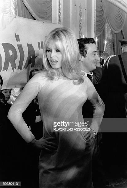 L'actrice Brigitte Bardot et le réalisateur Louis Malle à une conference de presse sur leur film 'Viva Maria' au Plaza Hotel en décembre 1965 à New...