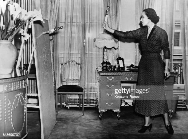 L'actrice Dolores del Río s'entraînant au lancer de poignards dans son appartement pour les besoins d'un film à Londres RoyaumeUni le 18 avril 1936