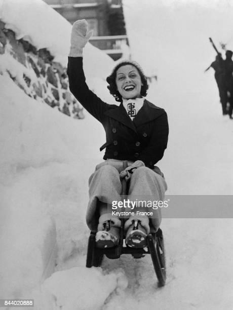 L'actrice française Gaby Morlaix faisant de la luge à SaintMoritz Suisse le 28 décembre 1935