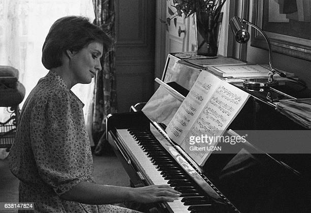 L'actrice française MarieChristine Barrault chez elle à Paris France en février 1978