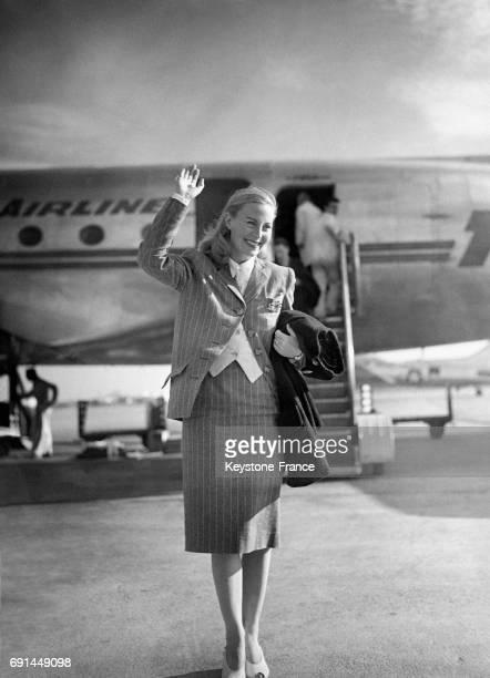 L'actrice française Michèle Morgan salue à sa descente de l'avion en mai 1946 à Orly France