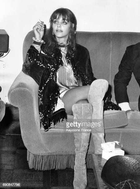 L'actrice française Tina Aumont vêtue d'une tenue hippie très hautes bottes et minijupe photographiée à Rome Italie le 11 octobre 1968