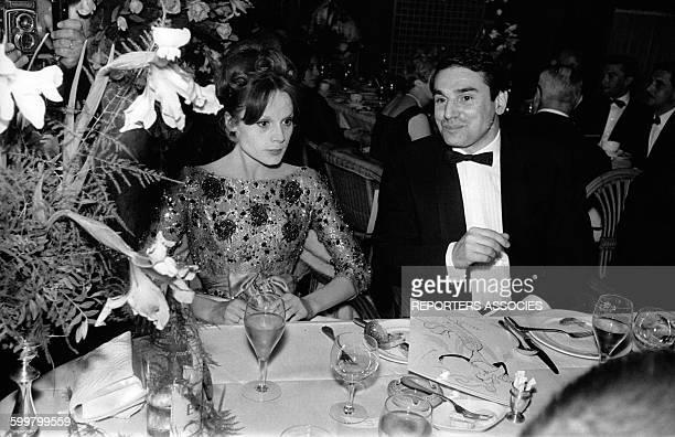 L'actrice Françoise Dorléac et l'acteur Robert Hossein côte à côte pour le dîner de gala à l'hôtel Carlton de Cannes France circa 1960