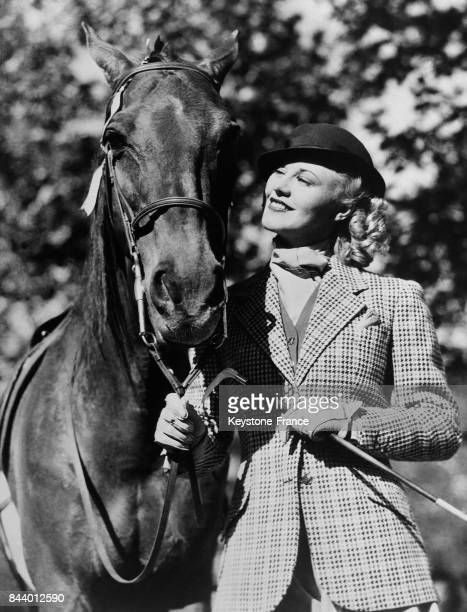 L'actrice Ginger Rogers photographiée avec son cheval aux EtatsUnis en 1935
