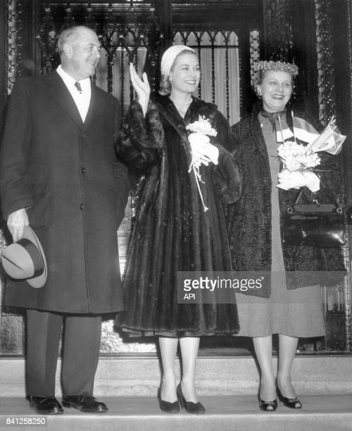 L'actrice Grace Kelly avec ses parents John et Margaret Katherine Kelly en 1956