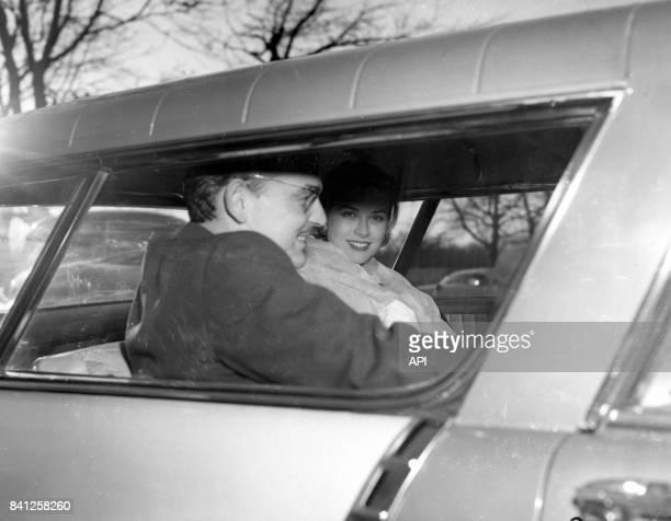 L'actrice Grace Kelly en voiture avec le prince Rainier III de Monaco après l'annonce de leurs fiançailles en 1956