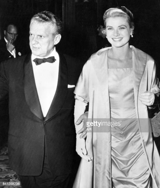 L'actrice Grace Kelly nommée pour l'oscar de la meilleure actrice arrive avec le réalisateur et scénariste Don Hartman à la cérémonie des Oscars aux...