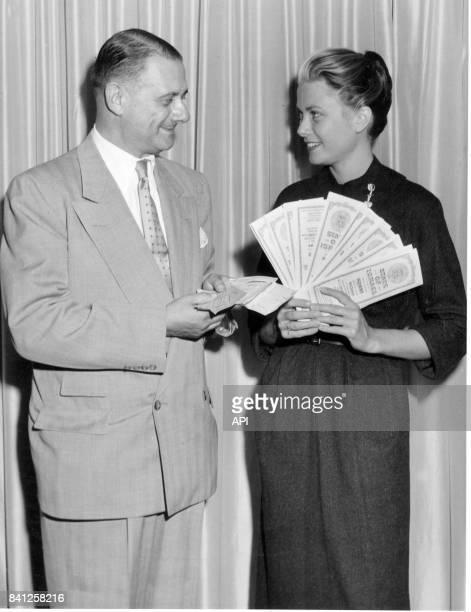 L'actrice Grace Kelly tient 100 000 dollars d'obligations israéliennes de développement le 24 septembre 1954