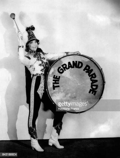 L'actrice Helen Twelvetrees porte un costume de tambour de fanfare pour son rôle principal dans un nouveau spectale à Hollywood Los Angeles en...