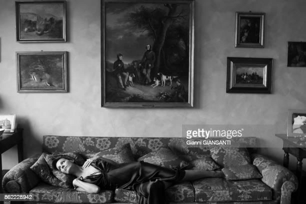L'actrice italienne Anna Kanaki chez elle à Milan le 2 novembre 2005 Italie