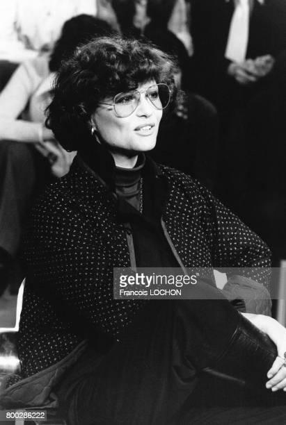L'actrice italienne Claudia Cardinale sur le plateau de l'émission télévisée 'Rendezvous du dimanche' le 24 novembre 1975 à Paris France