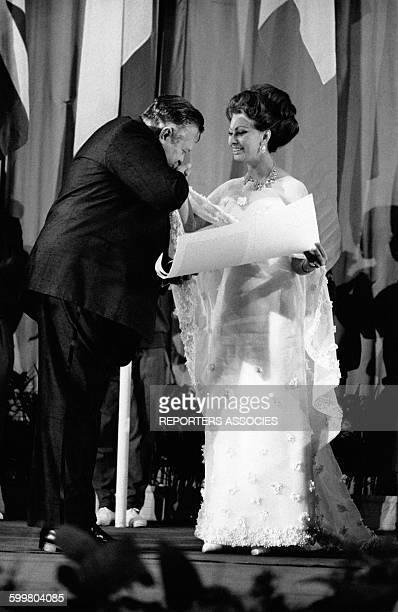 L'actrice italienne Sophia Loren présidente du jury du Festival de Cannes reçoit le baisemain du réalisateur américain Orson Welles en mai 1966 à...