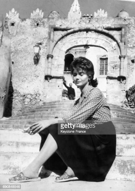 L'actrice italienne Sylva Koscina assise de profil sur des marches