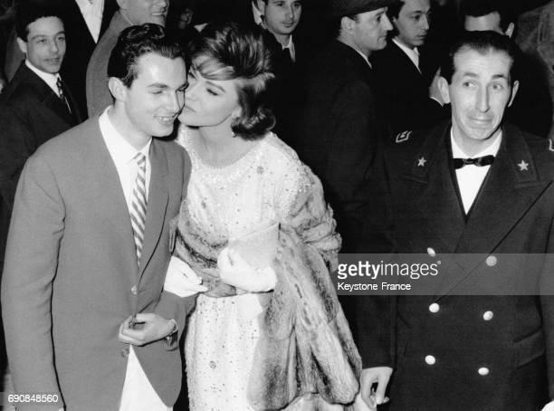 L'actrice italienne Sylva Koscina au bras d'un jeune homme