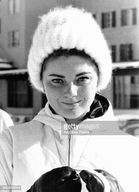 L'actrice italienne Sylva Koscina en bonnet blanc et anorak blanc à la montagne