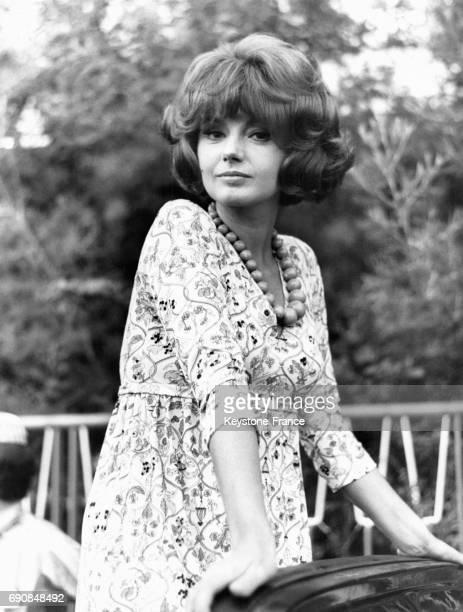 L'actrice italienne Sylva Koscina en robe et collier