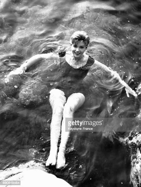 L'actrice italienne Sylva Koscina se baigne en maillot de bain une pièce sans se mouiller les cheveux