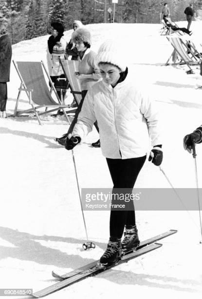 L'actrice italienne Sylva Koscina sur des skis à la montagne