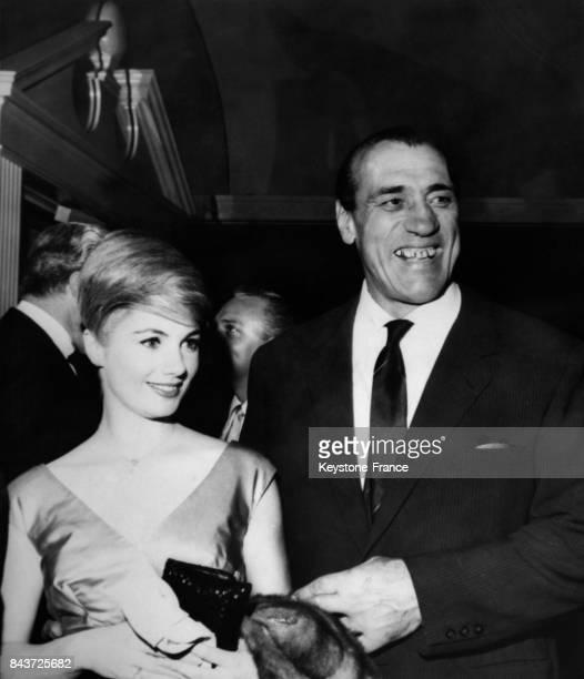 L'actrice Shirley Jones et le boxeur italien Primo Carnera arrivent ensemble à un cocktail hollywoodien circa 1930 à Los Angeles CA
