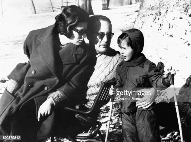 L'actrice Silvana Mangano photographiée avec son mari le producteur Dino de Lorentiis et son fils Federico en vacances à la montagne à Terminillo...